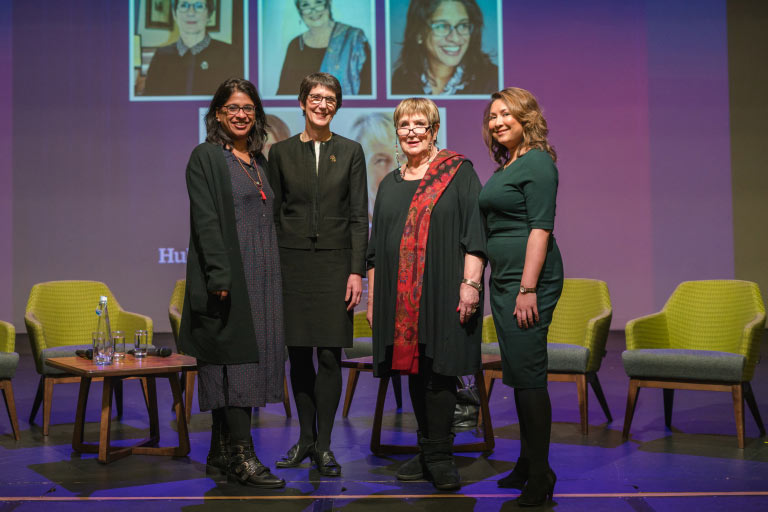 从左到右:Indhu Rubasingham MBE, The Rt  Hon. Lady Justice Eleanor King DBE,  Dame Jenni Murray DBE, Ayesha Hazarika MBE