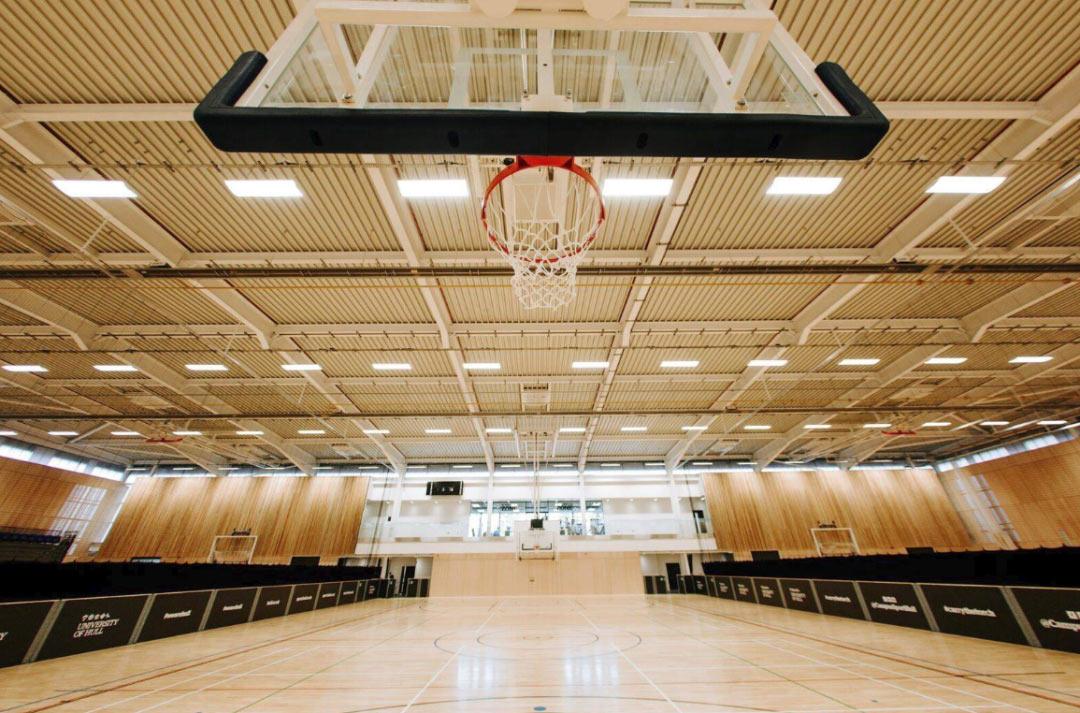 学校拥有世界级水准的球场及120台室内健身器材