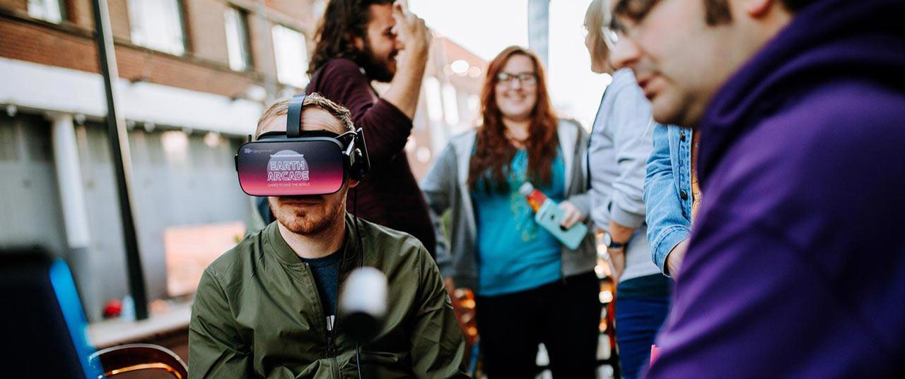 虚拟现实是一个人对外部世界的看法完全被计算机生成的观点所取代